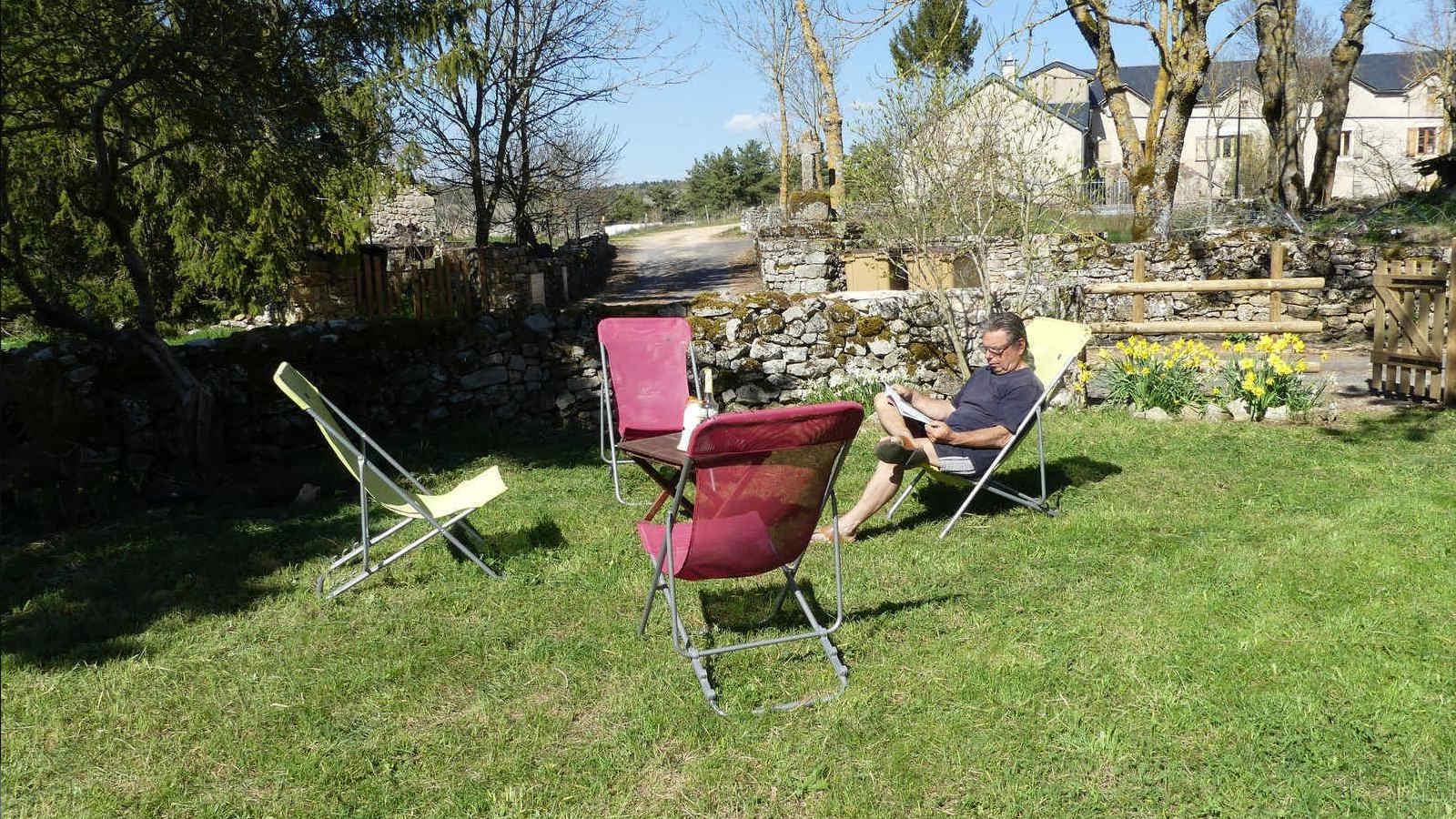 Terrasse avec chaises longues